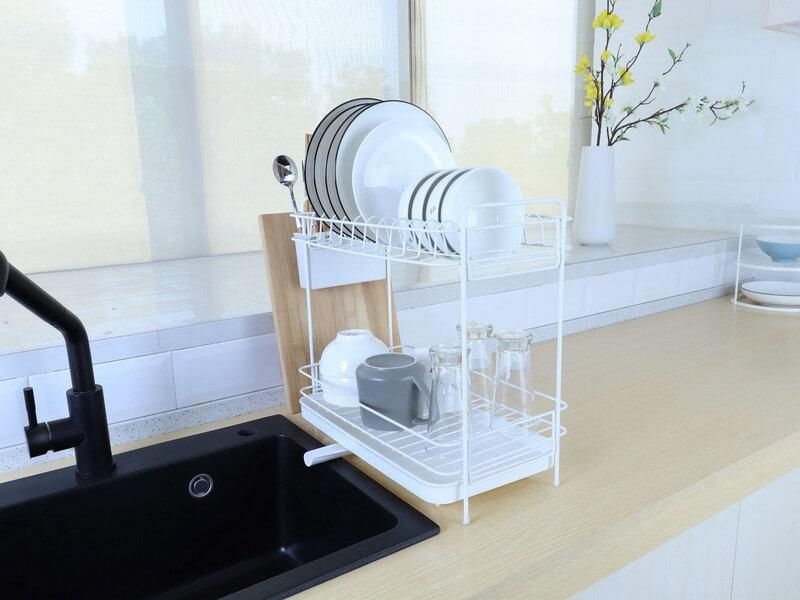 מתקן ייבוש כלים עם ניקוז מים לכיור