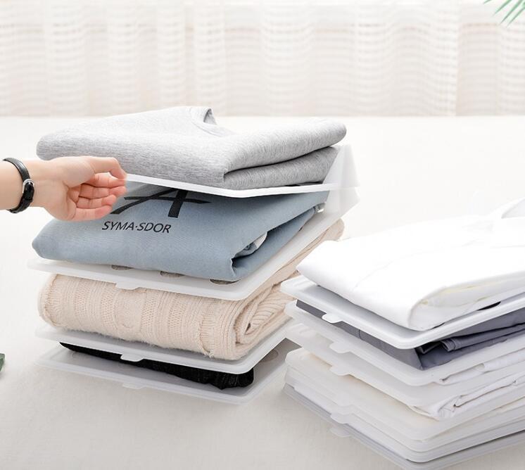 מתקן סידור חולצות בארון כולל חולצות